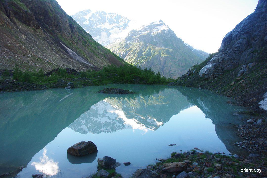 Утро, бежим вниз мимо прозрачного озера