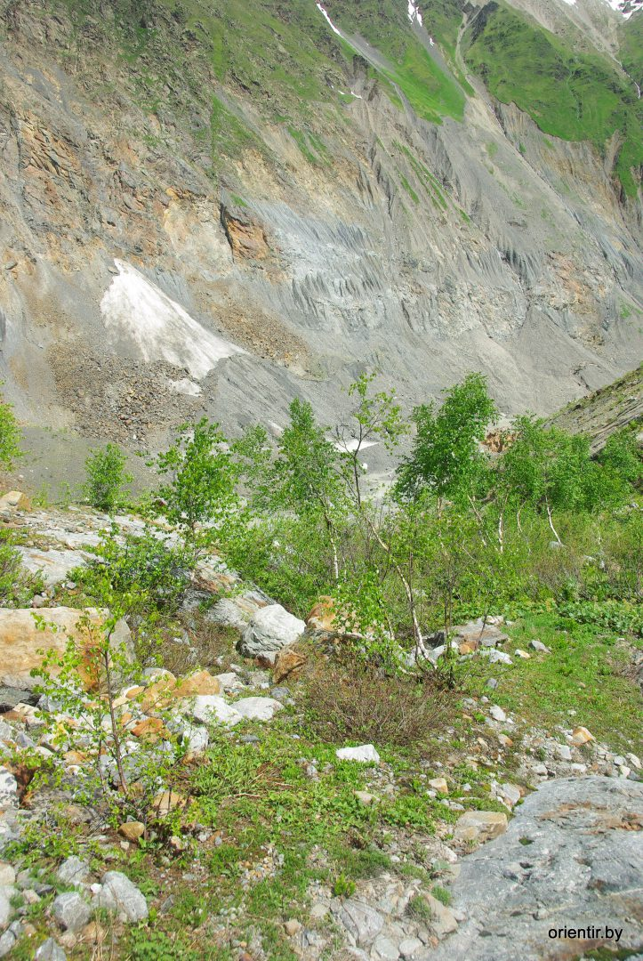Вид вниз на верховья Цаннера с бараньих лбов. Чуть правее центра, видны рыжие скала - на них ориентировались при спуске.