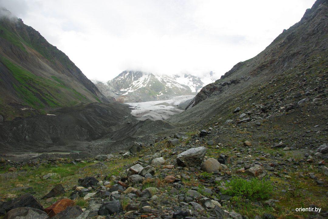 Вид на ледник, от рыжих скал