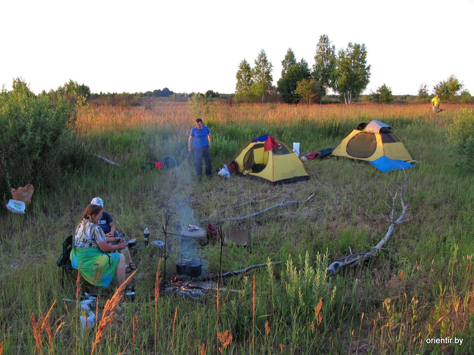 Вечер, душно, палатки ставили без тентов