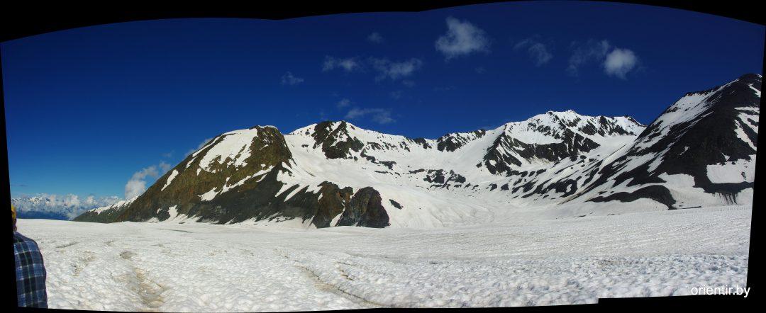 Посмотрите налево: хребет Нашкодра, перевал Комарова