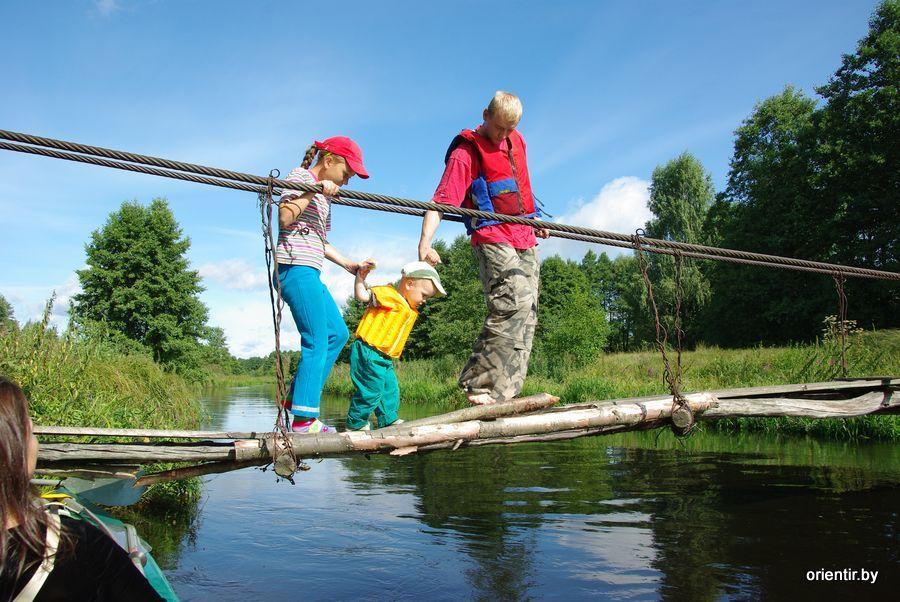 Дети гуляют по подвесному мостику
