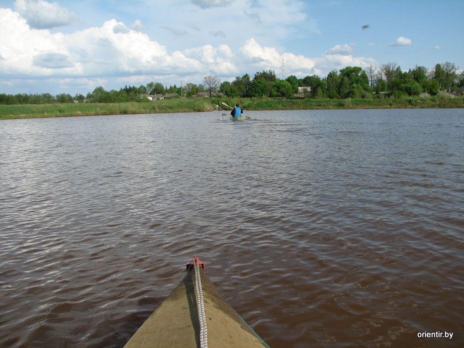 Выход в озеро, на заднем плане село Глинница